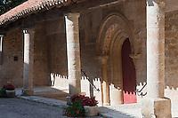 Europe/Europe/France/Midi-Pyrénées/46/Lot/Caillac:  Porche et portail de l'église romane