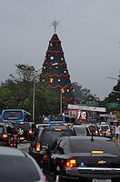 ATENÇÃO EDITOR FOTO EMBARGADA PARA VEÍCULOS INTERNACIONAIS - SAO PAULO, SP, 09 DE DEZEMBRO DE 2012 - INAUGURAÇÃO DA ÁRVORE DE NATAL DO IBIRAPUERA: Transito muito congestionado nas imediações do Parque do Ibirapuera antes da inauguração da Arvore de Natal do Ibirapuera na noite deste domingo (09). FOTO: LEVI BIANCO - BRAZIL PHOTO PRESS