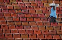 SAO PAULO, SP, 16 MARÇO 2013 - CAMP. PAULISTA - CORINTHIANS X U. BARBARENSE -Vendedor Ambulante durante partida entre Corinthians x União Barbarense em partida da 12 rodada no Estadio Paulo Machado de Carvalho, o Pacaembu na noite deste sábado, 16. (FOTO: VANESSA CARCALHO / BRAZIL PHOTO PRESS).