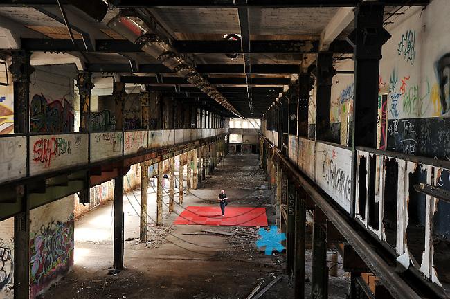 Eine Pressekonferenz der besonderen Art boten die Judokas vom Judoclub Leipzig JCL - in einer alten Fabrikhalle an der Zschocherschen / Markranst&auml;dter Stra&szlig;e trainierten sie sehr spartanisch mit Gewichten im Zirkeltraining und k&auml;mpften auf der Tatami im morbiden Ambiente - im Bild: Fotograf Christian Nitsche.- Foto: aif / Norman Rembarz<br /> <br /> Jegliche kommerzielle wie redaktionelle Nutzung ist honorar- und mehrwertsteuerpflichtig! Pers&ouml;nlichkeitsrechte sind zu wahren. Es wird keine Haftung &uuml;bernommen bei Verletzung von Rechten Dritter. Autoren-Nennung gem. &sect;13 UrhGes. wird verlangt. Weitergabe an Dritte nur nach  vorheriger Absprache. Online-Nutzung ist separat kostenpflichtig.