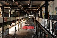 Eine Pressekonferenz der besonderen Art boten die Judokas vom Judoclub Leipzig JCL - in einer alten Fabrikhalle an der Zschocherschen / Markranstädter Straße trainierten sie sehr spartanisch mit Gewichten im Zirkeltraining und kämpften auf der Tatami im morbiden Ambiente - im Bild: Fotograf Christian Nitsche.- Foto: aif / Norman Rembarz<br /> <br /> Jegliche kommerzielle wie redaktionelle Nutzung ist honorar- und mehrwertsteuerpflichtig! Persönlichkeitsrechte sind zu wahren. Es wird keine Haftung übernommen bei Verletzung von Rechten Dritter. Autoren-Nennung gem. §13 UrhGes. wird verlangt. Weitergabe an Dritte nur nach  vorheriger Absprache. Online-Nutzung ist separat kostenpflichtig.