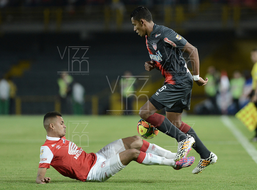 BOGOTÁ -COLOMBIA, 30-10-2014. Sergio Otalvaro (Izq) jugador de Independiente Santa Fe disputa el balón con William Tesillo (Der) jugador de Atlético Junior durante partido de vuelta por la semifinal de la Copa Postobón 2014 jugado en el estadio Nemesio Camacho El Campín de la ciudad de Bogotá./ Sergio Otalvaro (L) player of Independiente Santa Fe vies for the ball with William Tesillo (R) player of Atletico Junior during second leg match for the semifinal of Postobon Cup 2014 played at Nemesio Camacho El Campin stadium in Bogotá city. Photo: VizzorImage/ Gabriel Aponte / Staff