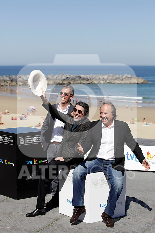 "Director Francesc Relea (L) and spanish singers Joaquin Sabina (C) and Joan Manuel Serrat posse in the pohotocall of ""El símbolo y el cuate"" film presentation during the 61 San Sebastian Film Festival, in San Sebastian, Spain. September 23, 2013. (ALTERPHOTOS/Victor Blanco)"
