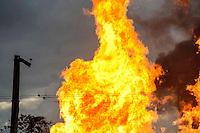 Duque de Caxias, RJ 23/05/2013  Incêndio de grandes proporções atinge um depósito de combustível, em Duque de Caxias, na Baixada Fluminense, às margens da Rodovia Rio-Teresópolis. Foto: Ingrid Cristina / Brazil Photo Press.