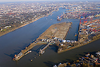 Westerweiterung Predöhlkai: EUROPA, DEUTSCHLAND, HAMBURG, (EUROPE, GERMANY), 02.02.2014 Im westlichen Hafenteil Waltershof betreibt die EUROGATE-Gruppe ihren großen Hamburger Container Terminal zur Abfertigung von See- und Binnenschiffen. Bis 2019 soll der Terminal in Richtung Elbe/Bubendey-Ufer erweitert werden, sodass die Umschlagkapazität von derzeit 4,1 Millionen TEU auf 6 Millionen TEU ausgebaut werden kann. Auf dem Terminal befindet sich auch einer von Deutschlands größten KV-Bahnhöfen, der von dem EUROGATE-Joint-Venture EUROKOMBI betrieben wird. Aktuell stehen hier elf Ganzzug-Gleise und acht schienengeführte Kranbrücken zum Be- und Entladen der Containerwaggons zur Verfügung.  Das Projekt Westerweiterung ist durch die Behörde für Wirtschaft, Verkehr und Innovation planfestgestellt worden. Der Beschluss wurde am 6. Dezember 2016 an die Verfahrensbeteiligten versandt. Der Planfeststellungsbeschluss beschäftigt sich intensiv mit unterschiedlichen Umweltbelangen und den mit der Terminalerweiterung verbundenen Lärmemissionen. Vorgesehen ist die Errichtung einer Kaimauer mit einer Gesamtlänge von 1050 Metern, welche an die vorhandenen Liegeplätze am Predöhlkai anschließt und von dort zunächst 600 Meter in nordwestliche Richtung bis zur Elbe verläuft, dort nach Westen abknickt und parallel zum Bubendey-Ufer fortgeführt wird. Zusätzlich werden wasserseitig der geplanten Kailinie Böden bis zu einer Tiefe von etwa NN – 17,3 m abgetragen und damit Zufahrts- und Liegeplatzbereiche vertieft. Der vorhandene Drehkreis für Schiffe in der Elbe wird von heute 480 m auf zukünftig 600 m vergrößert. Außerdem soll im Rahmen der Umsetzung der Westerweiterung eine Fläche von etwa 38 ha als zukünftige Terminalfläche hergestellt werden. Dies ist mit der vollständigen Verfüllung des Petroleumhafens auf einer Fläche von etwa 13 ha verbunden. Die bestehende Richtfeuerlinie wird versetzt, ebenso ein Radarturm an das süd-östliche Ende des Waltershofer