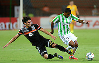 MEDELLIN- COLOMBIA - 10-09-2014: Walter Guisao (Der.) jugador de Atletico Nacional de Colombia de disputa el balon con Blas Caceres (Izq.) jugador de General Diaz de Paraguay durante partido de ida de la segunda fase, llave16, de la Copa Total Suramericana entre Atletico Nacional de Colombia y General Diaz de Paraguay en el estadio Atanasio Girardot del ciudad de Medellin.  / Walter Guisao (R) player of Atletico Nacional de Colombia vies for the ball with Blas Caceres (L) player of General Diaz of Paraguay during a match for the first leg of the second phase, key16, between Atletico Nacional de Colombia y General Diaz de Paraguay of the Copa Total Suramericana in the Atanasio Girardot stadium, in Medellin city. Photo: VizzorImage / Luis Rios / Str.