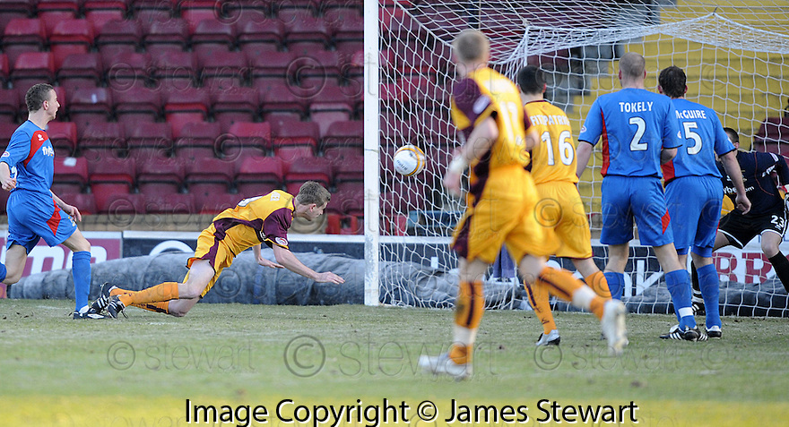 27/12/2008  Copyright Pic: James Stewart.File Name : sct_jspa01_motherwell_v_ICT.CHRIS PORTER SCORES MOTHERWELL'S FIRST.James Stewart Photo Agency 19 Carronlea Drive, Falkirk. FK2 8DN      Vat Reg No. 607 6932 25.Studio      : +44 (0)1324 611191 .Mobile      : +44 (0)7721 416997.E-mail  :  jim@jspa.co.uk.If you require further information then contact Jim Stewart on any of the numbers above.........