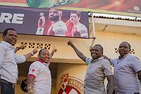 Mitglieder des Arsenal-London-Fanclubs in Kigali, Ruanda, vor einre Fankneipe
