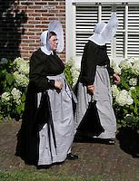 Schagen. Jaarlijkse  Westfriese Folkloredagen. Tijdens de Klederdrachtdag komen verschilende klederdrachtgroepen uit  Nederland naar Schagen. Klederdracht uit Huizen