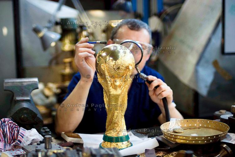 Paderno Dugnano (MI), G.D.E. Licensee Bertoni.<br /> La Coppa Del Mondo FIFA, creata dall'orafo e scultore italiano Silvio Gazzaniga, &egrave; prodotta dalla ditta G.D.E. Licensee Bertoni.<br /> Paderno Dugnano (MI), G.D.E. Licensee Bertoni.<br /> The FIFA World Cup, conceived and designed by the Italian sculptor Silvio Gazzaniga is manifactured by G.D.E. Bertoni.