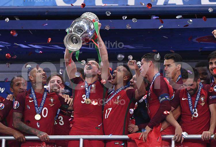 FUSSBALL EURO 2016 FINALE IN PARIS  Portugal - Frankreich          10.07.2016 Siegerehrung:Pepe hat die Hand am Pokal