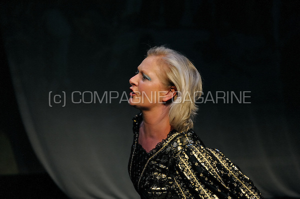 Theatre company Richten Ieper playing De Troonsafstand from Ruth Wolff directed by Johan Sips (Belgium, 12/11/2008)