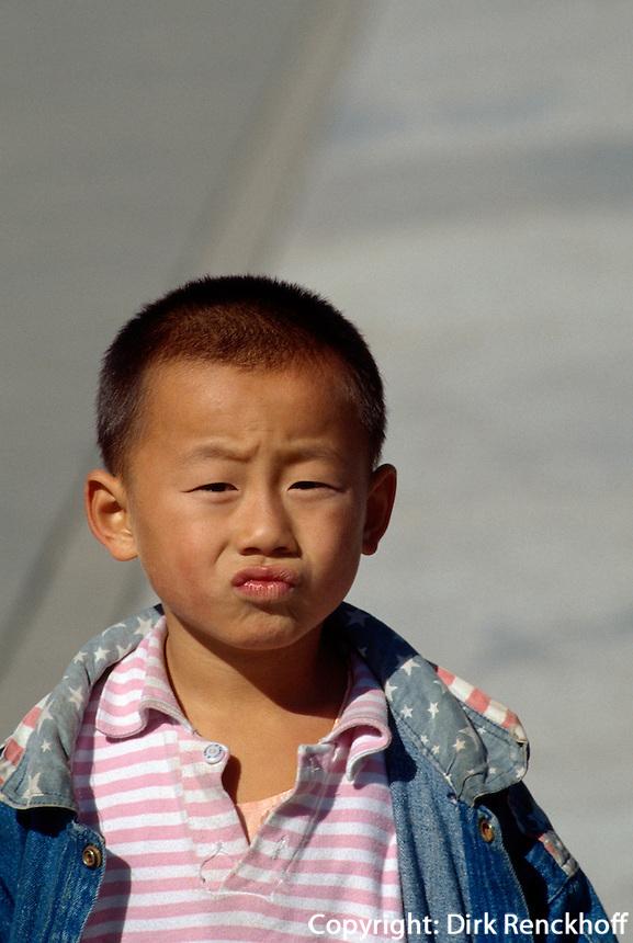Kind auf Ehrenweg (Danbiqiao) im  Himmelstempel (Tian Tan, Himmelsaltar), Peking, China, Unesco-Weltkulturerbe