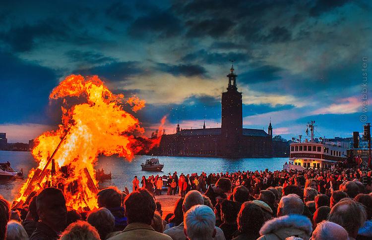 Valborgseld eller majbrasa på Riddarholmen i Stockholm med Stadshuset och Riddarfjärden i bakgrunden.