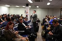 PORTO ALEGRE, RS, 09.06.2014 -  AEROPORTO / PORTO ALEGRE  - Movimeto intenso na sala de embaque do Aeroporto Internacional Salgado Filho namanhã desta segund-feira (09), voos cancelaos  atrasados. (Foto: Paulo Lisboa / Brazil Photo Press)