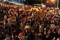 PIRACICABA, SP, 20 JUNHO 2013 - PROTESTO PIRACICABA - Manifestantes realizam ato contra o governo na cidade de Piracicaba interior do Estado , neste quinta-feira, 20. (FOTO: MAURICIO BENTO / BRAZIL PHOTO PRESS).