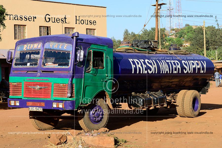 KENYA, Marsabit, fresh water tanker for supply of drinking water during drought / KENIA, Marsabit, Wassertankwagen liefert Wasser in Duerrezeiten
