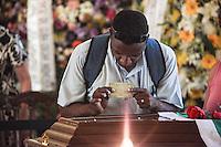 RIO DE JANEIRO, 07 DE DEZEMBRO 2012 - MORTE OSCAR NIEMEYER - Popular mostra Rg ao arquiteto  para provar que ele nasceu em Brasilia durante velorio do arquiteto Oscar Niemeyer no Palacio da Cidade (sede da Prefeitura do Rio de Janeiro) no bairro de Botafogo regiao sul da capital fluminensena manha desta quinta-feira, 07 dezembro. O arquiteto morreu na quarta-feira, 05 dezembro à noite vítima de infecção respiratória, aos 104 anos. FOTO: VANESSA CARVALHO - BRAZIL PHOTO PRESS.