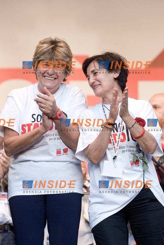 CGIL FUNZIONE PUBBLICA MANIFESTAZIONE NAZIONALE DEI LAVORATORI PUBBLICI E DELLA SCUOLA ..NELLA FOTO   SUSANNA CAMUSSO  E ROSSANA DETTORI SUL PALCO DI PIAZZA DEL POPOLO..ROMA 8 OTTOBRE 2011..PHOTO  SERENA CREMASCHI INSIDEFOTO..............................