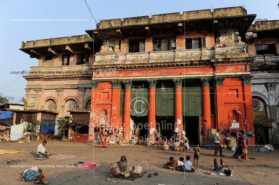 INDIA Westbengal, Kolkata, old palace from british colonial time at babu ghat, toaday inhabited by homeless people / INDIEN, Westbengalen, Kolkata, alter Plasat aus der britischen Kolonialzeit am Babu Ghat, heute bewohnt von Obdachlosen