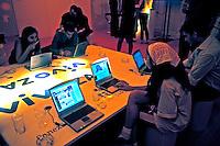 Sala de internet gratuita. São Paulo. 2004. Foto de Juca Martins.