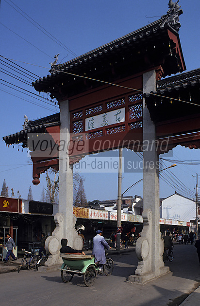 Asie/Chine/Jiangsu/Nankin : Quartier du Temple de Confucius - Passage sous la porte du quartier du temple<br /> PHOTO D'ARCHIVES // ARCHIVAL IMAGES<br /> CHINE 1990