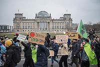 Tausende Schuelerinnen und Schueler streikten am Freitag den 25. Januar 2019 in Berlin unter dem Motto #FridaysForFuture fuer einen Ausstieg aus der Kohlepolitik. &quot;Heute verhandelt die Kohlekomission &uuml;ber den Kohleausstieg, und damit ueber unsere Zukunft. Die Menschen, die heute diese Entscheidungen treffen, werden die langfristigen Folgen ihrer Entscheidungen nicht mehr erleben.&quot;<br /> Im Bild: Die Schuelerinnen und Schuler ziehen mit der Demonstration am Reichstag vorbei.<br /> 25.1.2019, Berlin<br /> Copyright: Christian-Ditsch.de<br /> [Inhaltsveraendernde Manipulation des Fotos nur nach ausdruecklicher Genehmigung des Fotografen. Vereinbarungen ueber Abtretung von Persoenlichkeitsrechten/Model Release der abgebildeten Person/Personen liegen nicht vor. NO MODEL RELEASE! Nur fuer Redaktionelle Zwecke. Don't publish without copyright Christian-Ditsch.de, Veroeffentlichung nur mit Fotografennennung, sowie gegen Honorar, MwSt. und Beleg. Konto: I N G - D i B a, IBAN DE58500105175400192269, BIC INGDDEFFXXX, Kontakt: post@christian-ditsch.de<br /> Bei der Bearbeitung der Dateiinformationen darf die Urheberkennzeichnung in den EXIF- und  IPTC-Daten nicht entfernt werden, diese sind in digitalen Medien nach &sect;95c UrhG rechtlich geschuetzt. Der Urhebervermerk wird gemaess &sect;13 UrhG verlangt.]