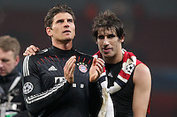 19.02.2013, Emirates Stadion, London, ENG, UEFA Champions League, FC Arsenal vs FC Bayern Muenchen, Achtelfinale Hinspiel, im Bild Mario GOMEZ (FC Bayern Muenchen - 33) und Javier MARTINEZ (FC Bayern Muenchen - 8) bedanken sich bei den Fans - applaudieren // during the UEFA Champions League last sixteen first leg match between Arsenal FC and FC Bayern Munich at the Emirates Stadium, London, Great Britain on 2013/02/19. EXPA Pictures © 2013, PhotoCredit: EXPA/ Eibner/ Ben Majerus..***** ATTENTION - OUT OF GER *****