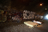 Roma, marzo 2015<br /> Materassii sotto il tutnnel del Quadraro nella periferia sud est di Roma.<br /> Scritta contro il lavoro alienato.