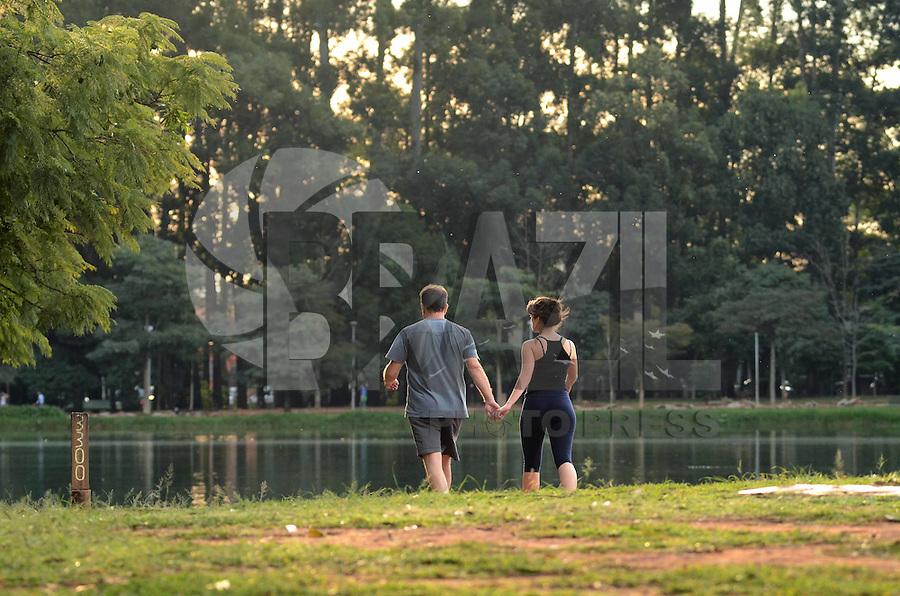 SAO PAULO, 04 DE JUNHO DE 2012 - CALOR IBIRAPUERA - Paulistanos aproveitam tarde quente no parque do Ibirapuera, regiao sul da capital nesta segunda feira. FOTO: ALEXANDRE MOREIRA - BRAZIL PHOTO PRESS