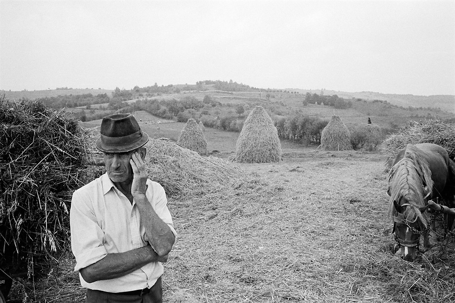 ROMANIA / Maramures / Poienile Izei / September 2002..A man rests during the autumn harvest in the most isolated and traditional village in Europe according to American anthropologist Joel Marrant....© Davin Ellicson / Anzenberger