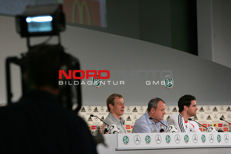 FIFA WM 2006 - Press Conference - Germany<br /> Coach J&cedil;rgen Klinsmann, DFB-Mediachief Harald Stenger and Christoph Metzelder (l-r) during a DFB-Press Conference at the ICC in Berlin. Front: cameraman with camera.<br /> Foto &copy; nordphoto