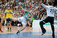 Bojan Beljanski (FAG) im Sprungwurf am Kreis, rechts Niklas Landin (RNL)