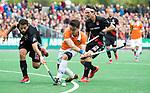BLOEMENDAAL   - Hockey -  3e en beslissende  wedstrijd halve finale Play Offs heren. Bloemendaal-Amsterdam (0-3).  Tim Swaen (Bldaal)  met links Valentin Verga (A'dam) en rechts Caspar Horn (A'dam) .  Amsterdam plaats zich voor de finale.  COPYRIGHT KOEN SUYK