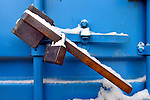 Bouwdetails tijdens een koude vorstperiode op een bouwplaats in de winter: een afgesloten container met zwaar hangslot is niet geopend tijdens de winterse kou en blijft gesloten. COPYRIGHT TON BORSBOOM