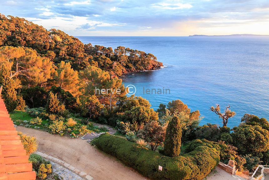 Domaine du Rayol en novembre : vue mer et sur les iles d'Hyères depuis le toit terrasse de  l'Hôtel de la Mer au coucher du soleil, à gauche on aperçoit le Rayollet.