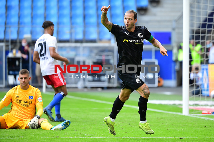 1:5 Tor, Jubel v.l. Torwart Julian Pollersbeck (HSV), Torschuetze Dennis Diekmeier (Sandhausen)<br />
