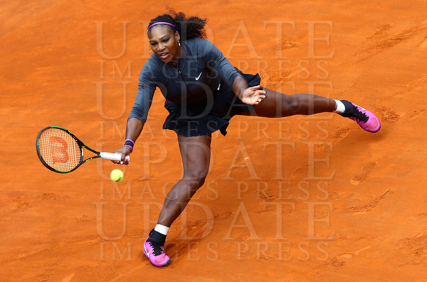 La statunitense Serena Williams in azione durante la finale femminile degli Internazionali d'Italia di tennis a Roma, 15 maggio 2016.<br /> United States' Serena Williams returns the ball to her compatriot Madison Keys during the women's final match of the Italian Open tennis in Rome, 15 May 2016.<br /> UPDATE IMAGES PRESS/Riccardo De Luca