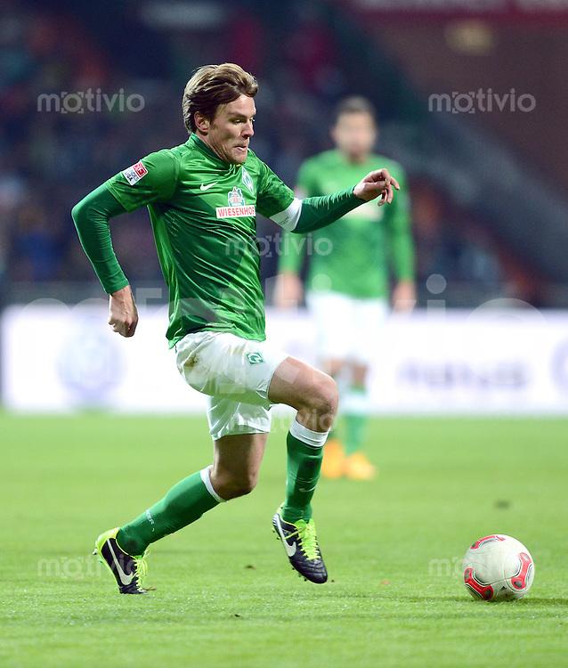 FUSSBALL   1. BUNDESLIGA   SAISON 2012/2013    18. SPIELTAG SV Werder Bremen - Borussia Dortmund                   19.01.2013 Clemens Fritz (SV Werder Bremen)  am Ball