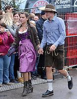 FUSSBALL   1. BUNDESLIGA   SAISON 2012/2013    Die Mannschaft des FC Bayern Muenchen besucht das Oktoberfest am 07.10.2012 Toni Kroos mit Freundin Jessica
