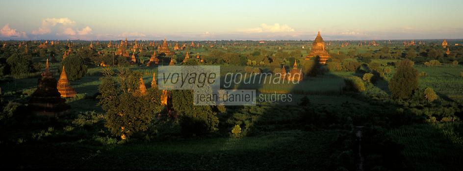 Asie/Birmanie/Myanmar/Bagan: Coucher de soleil sur les pagodes depuis Pagode Shwesandaw