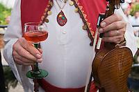 Europe/France/Alsace/67/Bas-Rhin/ Marlenheim: Lors  de la Fête du Mariage de l'Ami Fritz Vin d'honneur avec de l'Alsace Pinot noir rosé durant la cérémonie- Musicien de l'assistance avec archer, violon et verre de vin.