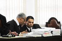 GUARULHOS, SP, 11 MARÇO 2013 - JULGAMENTO MIZAEL BISPO - O policial militar reformado e advogado Mizael Bispo durante o primeiro dia de seu julgamento, no Fórum de Guarulhos, pelo assassinato da advogada Mércia Nakashima em maio de 2010. De acordo com acusação do Ministério Público, Mizael matou Mércia por ciúmes, porque ela não queria reatar o romance com ele. Ainda segundo a Promotoria, o vigilante Evandro ajudou Mizael na fuga. A vítima teria sido abordada em Guarulhos, mas morta em Nazaré Paulista, interior de SP. Os réus negam a autoria do crime. (FOTO: ADRIANO LIMA / BRAZIL PHOTO PRESS).