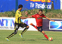FLORIDABLANCA -COLOMBIA-29-03-2014. Juan Arboleda (Der) de Alianza Petrolera disputa el balón con jugador (Izq) de Inep. Medellin en partido por la fecha 13 de la Liga Postobón I 2014 jugado en el estadio Alvaro Gómez Hurtado de la ciudad de Floridablanca./ Alianza Petrolera player Juan Arboleda ( R) fights for the ball with Inep. Medellin player (L) during match valid for the 13th date of the Postobon League I 2014 played at Alvaro Gómez Hurtado stadium in Floridablanca city.  Photo: VizzorImage/Duncan Bustmante/STR