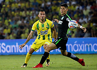 BUCARAMANGA - COLOMBIA, 22-03-2018: John Fredy Perez (Izq) jugador del Atlético Bucaramanga disputa el balón con Jorman Campuzano (Der) jugador de Atletico Nacional durante partido por la fecha 8 de la Liga Águila I 2018 jugado en el estadio Alfonso López de la ciudad de Bucaramanga. / John Fredy Perez (L) player of Atletico Bucaramanga struggles the ball with Jorman Campuzano (R) player of Atletico Nacional during match for the date 8 of the Aguila League I 2018played at Alfonso Lopez stadium in Bucaramanga city. Photo: VizzorImage / Oscar Martínez / Cont