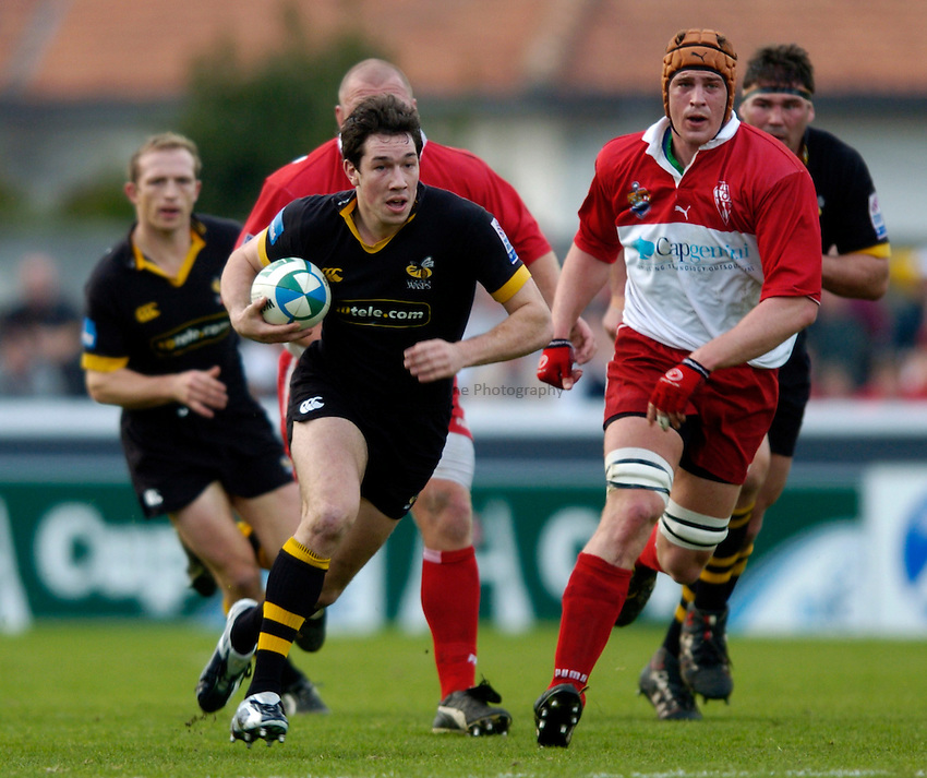 Photo: Richard Lane..Biarritz Olympique v London Wasps. Heineken Cup. 15/01/2005..Tom Voyce attacks.