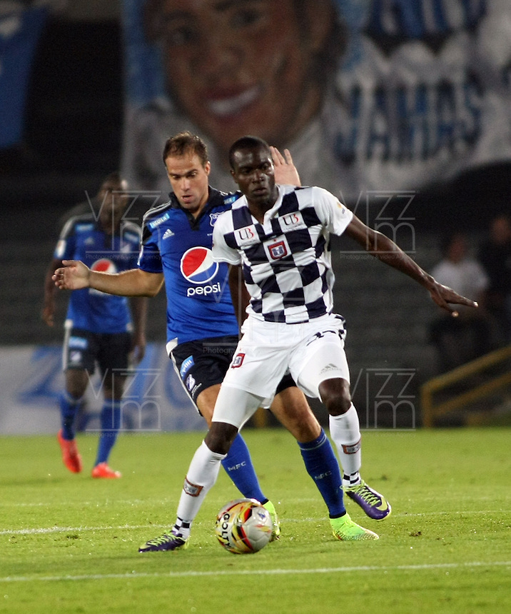 BOGOTA- COLOMBIA. 29-03-2015: Federico Insua (Izq) jugador de Millonarios disputa el balón con Oscar I. Balanta (Der) jugador de Boyacá Chicó FC durante partido por la fecha 12 de la Liga Águila I 2015 jugado en el estadio Nemesio Camacho El Campín de la ciudad de Bogotá./ Federico Insua (L) player of Millonarios fights for the ball with Oscar I. Balanta (R) player of Boyaca Chico FC during the match for the 12th date of the Aguila League I 2015 played at Nemesio Camacho El Campin stadium in Bogotá city . Photo: VizzorImage / Nestor Silva / Str