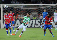 MEDELLÍN -COLOMBIA-11-03-2014. Alexander Mejia (Izq) de Atlético Nacional de Colombia disputa el balon con Santiago Garcia (Der) de Nacional de Uruguay durante el partido de la segunda fase, grupo 6 de la Copa Libertadores de América en el estadio Atanasio Girardot en Medellín, Colombia./ Alexander Mejia (L) player of Atletico Nacional of Colombia battles for the ball with Santiago Garcia (R) of Nacional of Uruguay during macth of the second phase, group 6 of the Copa Libertadores championship played at Atanasio Girardot stadium in Medellin, Colombia. Photo: VizzorImage/ Luis Ríos /STR