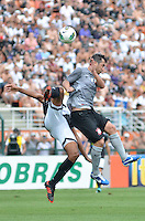 ATENÇÃO EDITOR: FOTO EMBARGADA PARA VEÍCULOS INTERNACIONAIS - SÃO PAULO, SP, 27 OUTUBRO DE 2012 - CAMPEONATO BRASILEIRO - CORINTHIANS x VASCO DA GAMA: Douglas (d) durante partida Corinthians x Vasco da Gama,  válida pela 33ª rodada do Campeonato Brasileiro de 2012, em partida disputada no Estádio do Pacaembu em São Paulo. FOTO: LEVI BIANCO - BRAZIL PHOTO PRESS