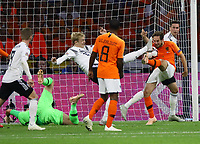 Julian Brandt (Deutschland Germany) gegen Daley Blind (Niederlande) - 13.10.2018: Niederlande vs. Deutschland, 3. Spieltag UEFA Nations League, Johann Cruijff Arena Amsterdam, DISCLAIMER: DFB regulations prohibit any use of photographs as image sequences and/or quasi-video.